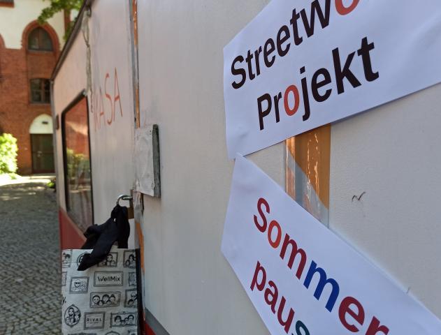 Wahnwagen des Streetwork-Projktes parkt im Halteverbot im 2.Hof des Campus Friedenskirche